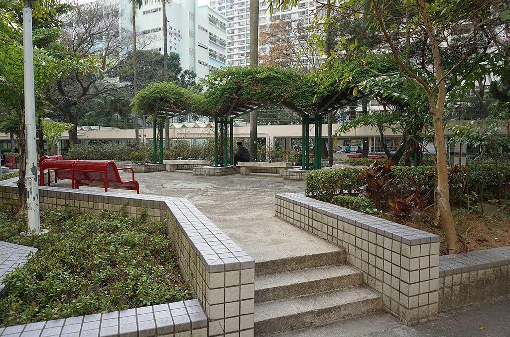 1024px-Sun_Chui_Estate_Sitting-out_Area CC Prosperity Horizons